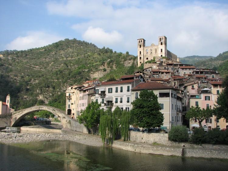 Dolceacqua_Panorama_del_paese_vecchio